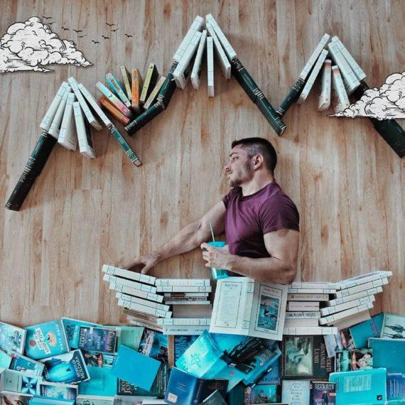 Nije mu dovoljno imati veliku privatnu knjižnicu, već od nje radi i umjetnost!