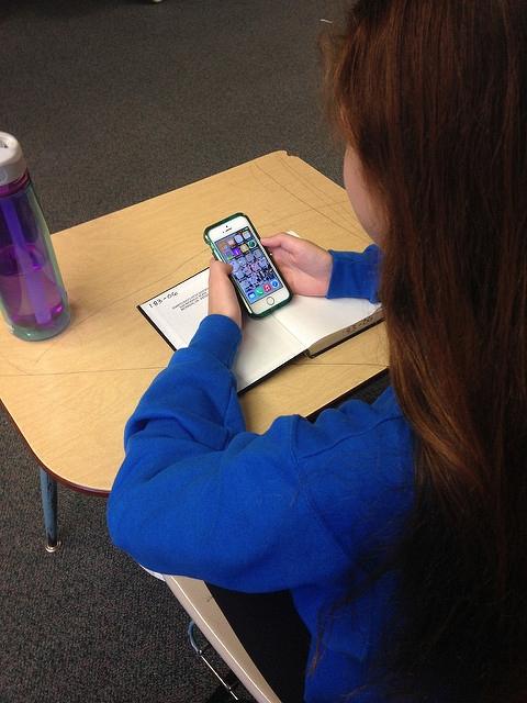 Ucenica na mobitelu