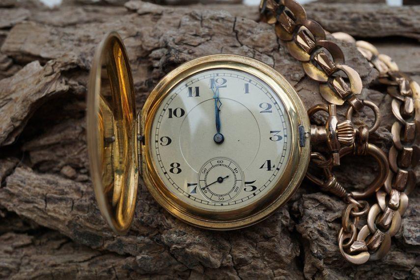 Ako dan ima 24 sata, zašto onda analogni satovi prikazuju samo 12 sati?