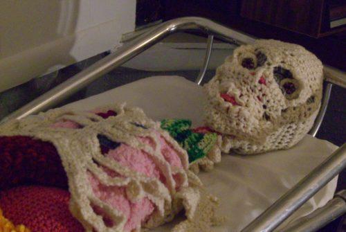 Ova umjetnica izrađuje nakaze od pletiva, a glavni joj je rad iskukičani kostur s anatomski ispravnim iznutricama!