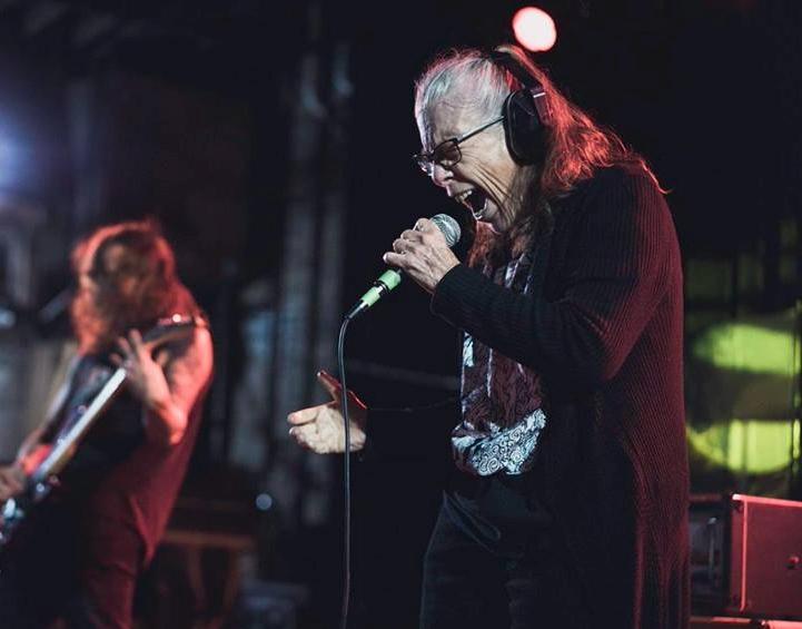 """Ona je """"The Grindmother"""", baka koja pjeva u ekstremnom metal bendu"""