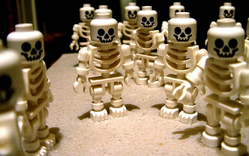 Podučite klince o smrti pomoću… grobova, krematorija i leševa od Lego kockica?