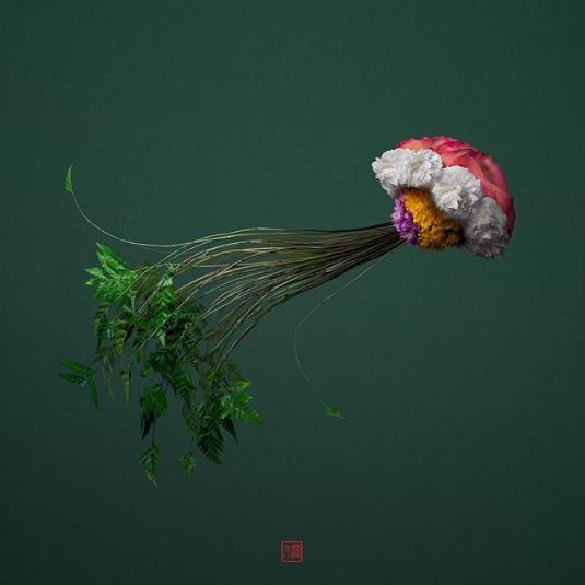 Aranžmanima od otpalih grančica, latica i lišća on stvara detaljne životinjske likove!